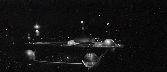 корабль отправляется в путь, стартуя с околоземной космической станции