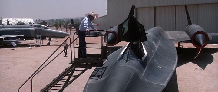 стоит над сверхскоростным разведчиком SR-71