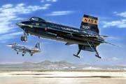 Ракетоплан Х-15 совершает посадку в сопровождении истребителя F-104