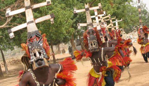 олубару — члены общества масок Ава