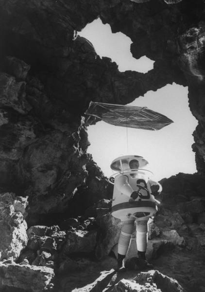 Человек в скафандре на луне