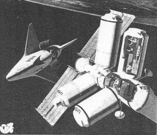 Шаттл подлетает к космической станции