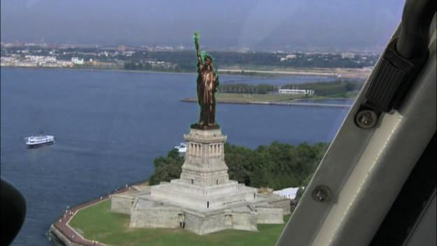 Статуя Свободы медного цвета.