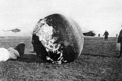 """Спускаемый аппарат КК """"Восток-1″ через несколько часов после приземления."""
