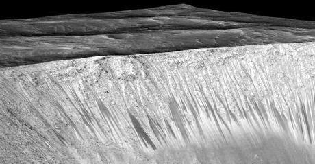 На Марсе течет соленая вода - это повышает шансы на обитаемость планеты