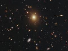 Проделки чёрной дыры превратили галактику в размытое облако.